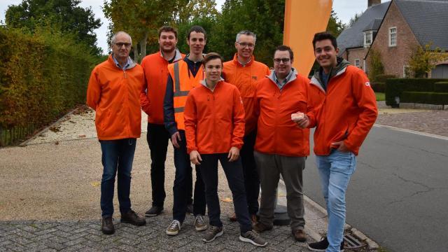 JONGCD&V deelt fietslampjes uit aan fietsende scholieren